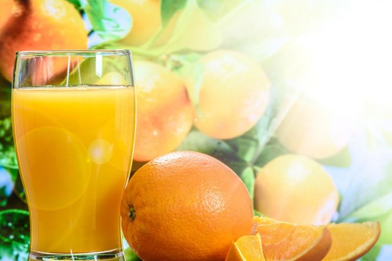 Bambini: i primi 5 cibi anti freddo che aiutano a combattere il raffreddore e l'influenza succhi frutta agrumi arance vitamica C