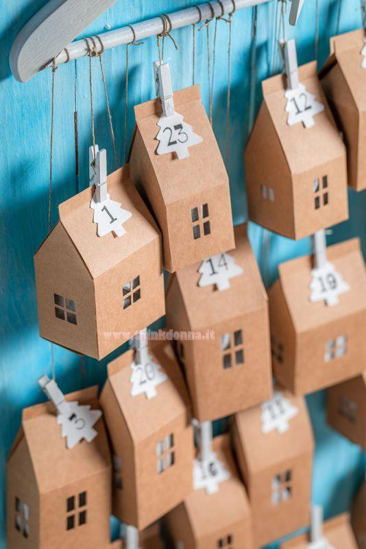 calendario dell'avvento tutorial gruccia di legno casette carta kraft numeri mini mollette spago