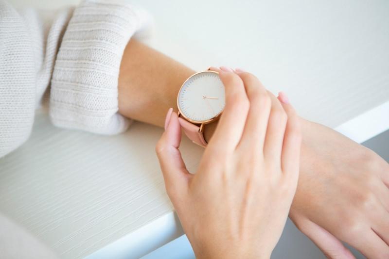 orologio da polso per donna mani curati