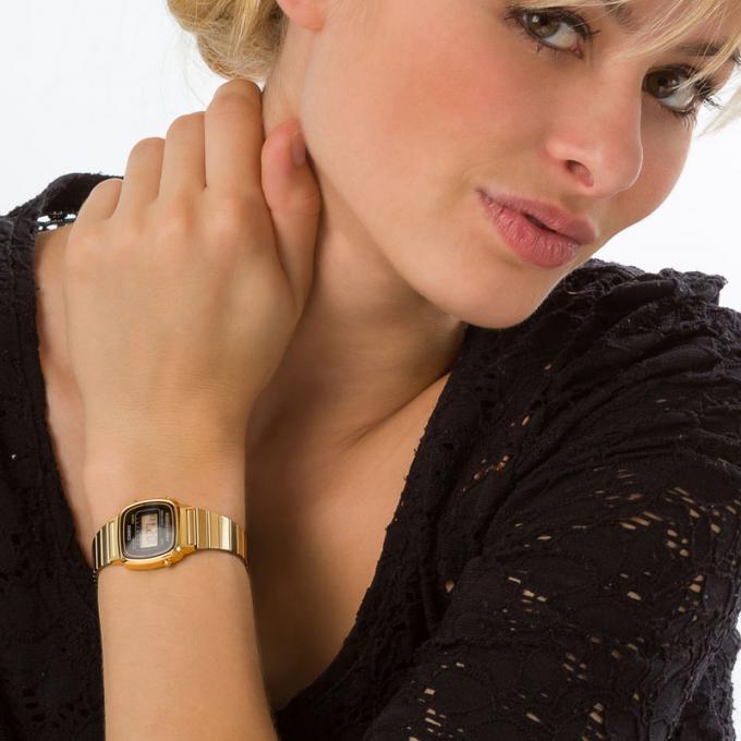 Orologi da donna, la moda per l'estate 2018 cinturino oro vintage Casio maglia nera capelli biondi