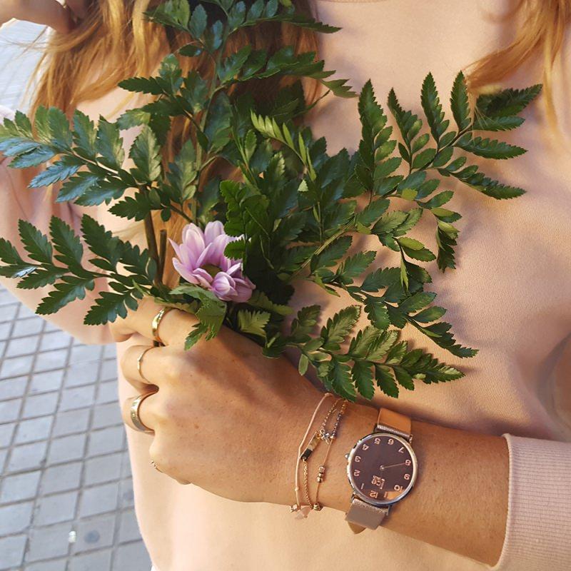 Orologi da donna, la moda per l'estate 2018 orologio da polso Ice watch bracciali anelli capelli biondi rami foglie verdi maglia rosa