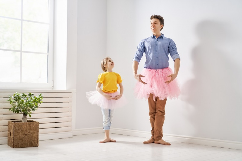 papà gioca con figlia ballerina indossa tutù tulle balletto