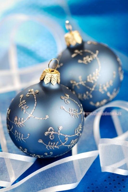palline di natale decorazione natalizia blu navy rilievo argento glitter nastro bianco