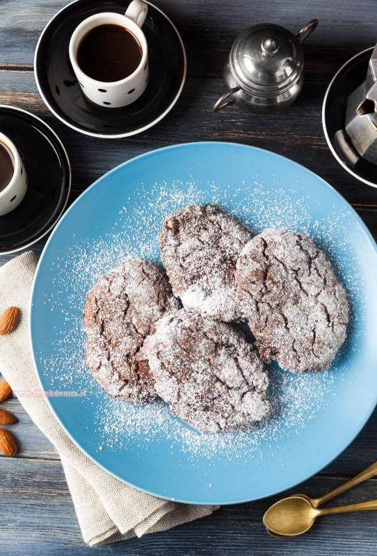biscotti pan dei morti piatto azzurro tazzina caffè zuccheriera moka cucchiaini dorati