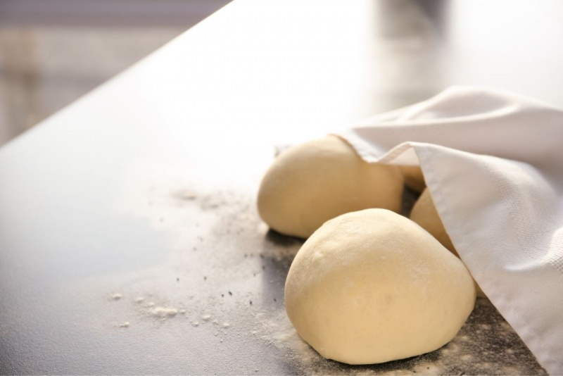 panetti brioche sotto telo bianco farina