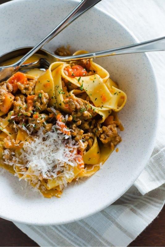 pappardelle salsiccia piccante e peperoni piatto pronto parmigiano reggiano
