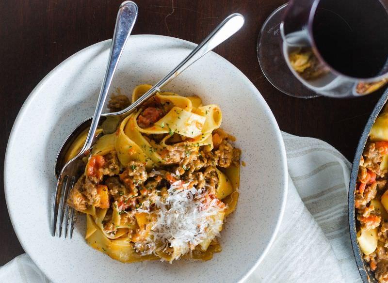 pappardelle salsiccia piccante e peperoni piatto pronto forchette formaggio grattugiato