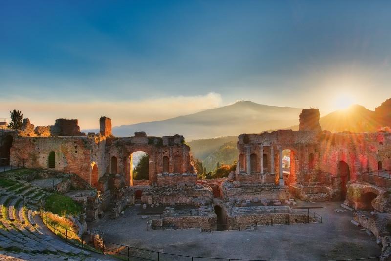teatro greco romano taormina sfondo Etna al tramonto sole