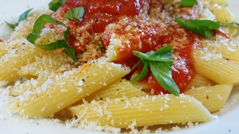 Che cos'è il World Pasta Day? giornata mondiale della pasta 25 ottobre penne sugo pomodoro basilico parmigiano reggiano