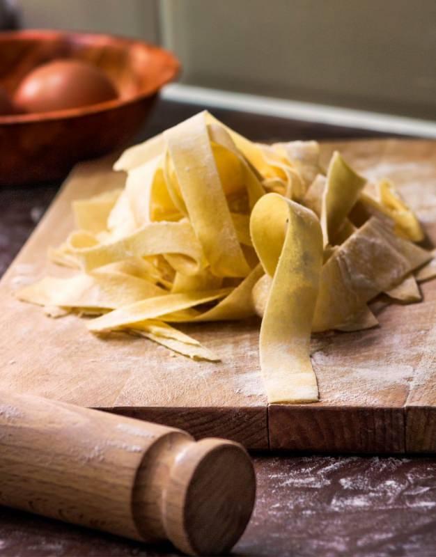pasta fresca pappardelle su tagliere legno mattarella farina