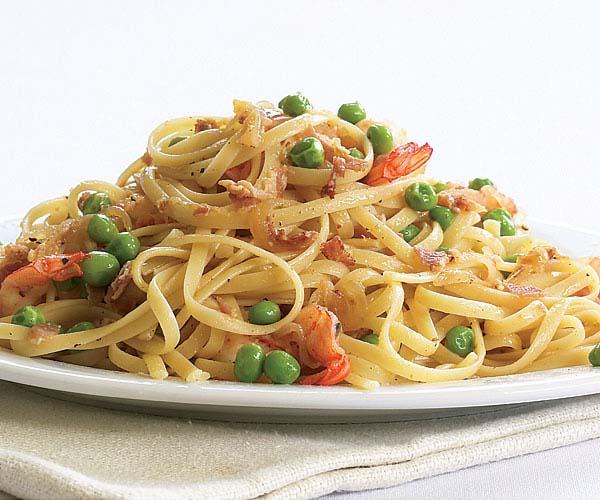 Come fare Linguine con gamberi, cipolla caramellata, pancetta e piselli primo piatto pronto tavola