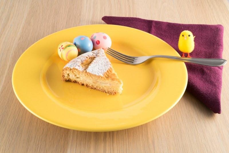 fetta pastiera napoletana dolcedi pasqua dessert uova dipinte colore piatto giallo pulcino