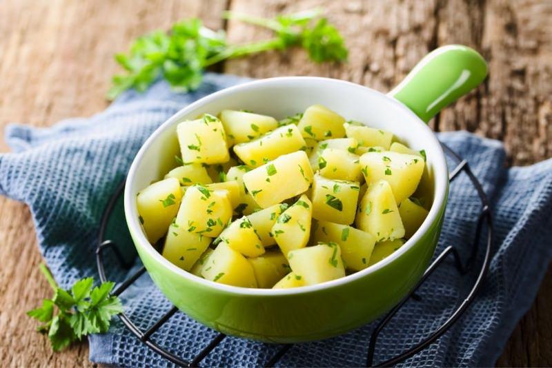 padella ceramica verde con patate prezzemolate contorno