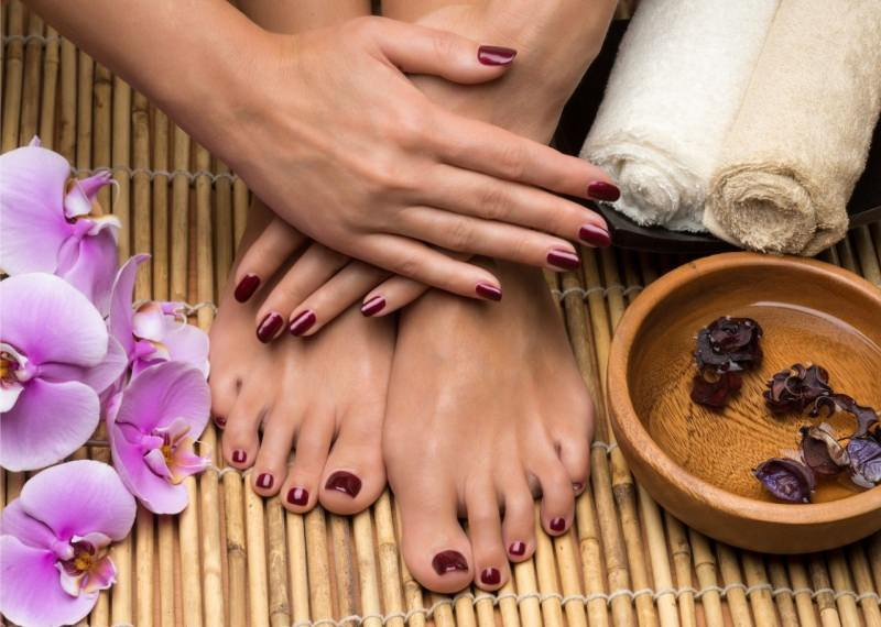 bellissima manicure pedicure donna ciotola acqua fiori smalto
