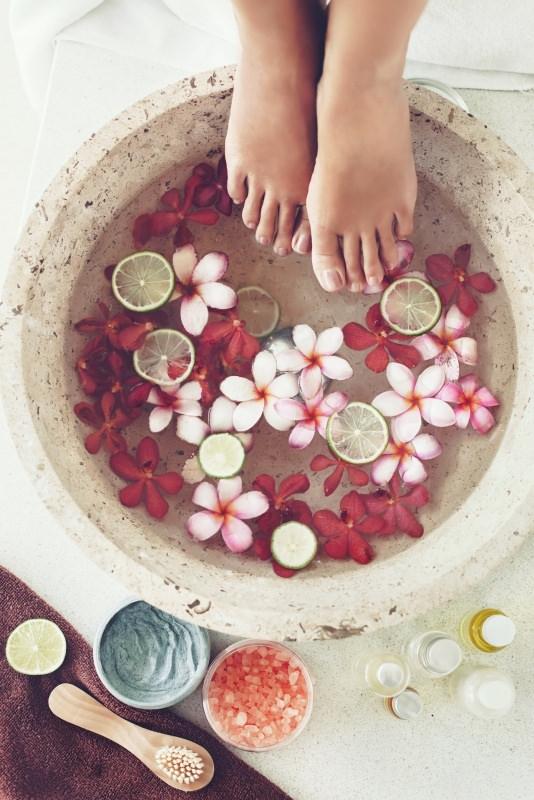 pediluvio casca pietra piedi donn fette di limone fiori rosa cura
