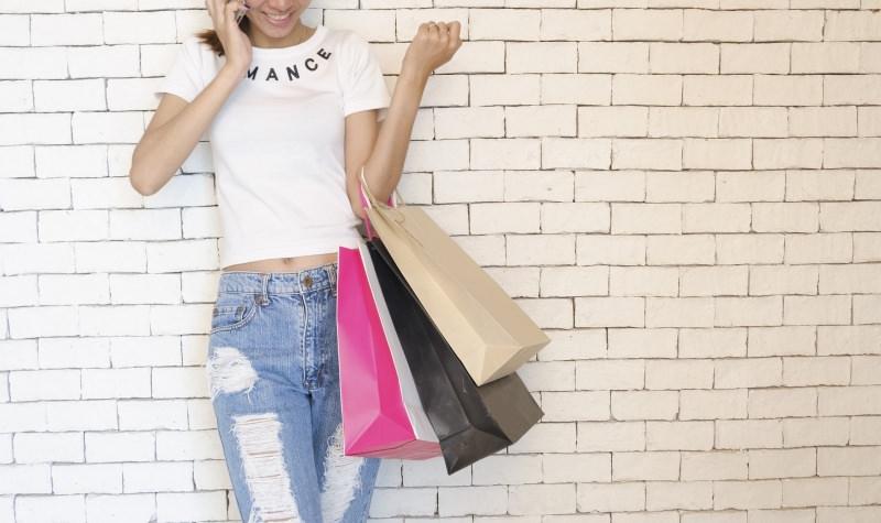 donna shopping bag sconti saldi estivi