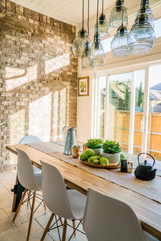 ambiente arredo cucina tavolo legno sedie centrotavola mela pianta grassa
