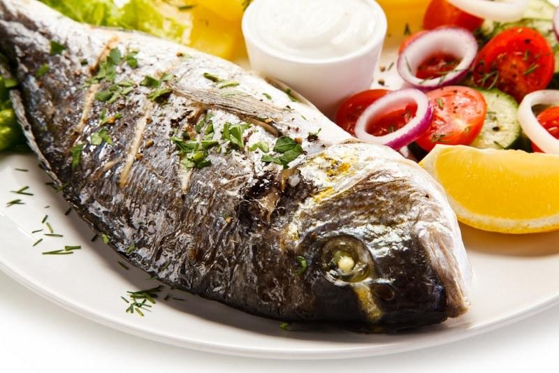 piatto di pesce arrosto con verdure orata