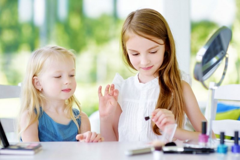 bambine provano trucco makeup