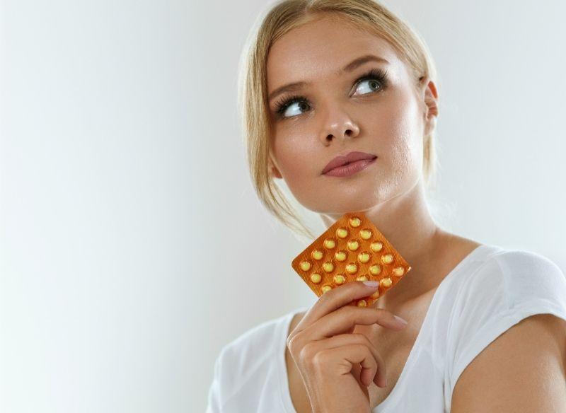 pillola dei cinque giorni dopo bella donna biona che tiene anticoncezionale, contraccettivo orale