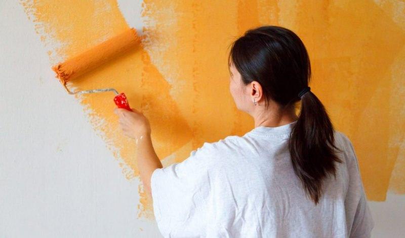 È primavera, cambia colore in casa! Spazio al rinnovo pittura colore arancione rullo donna