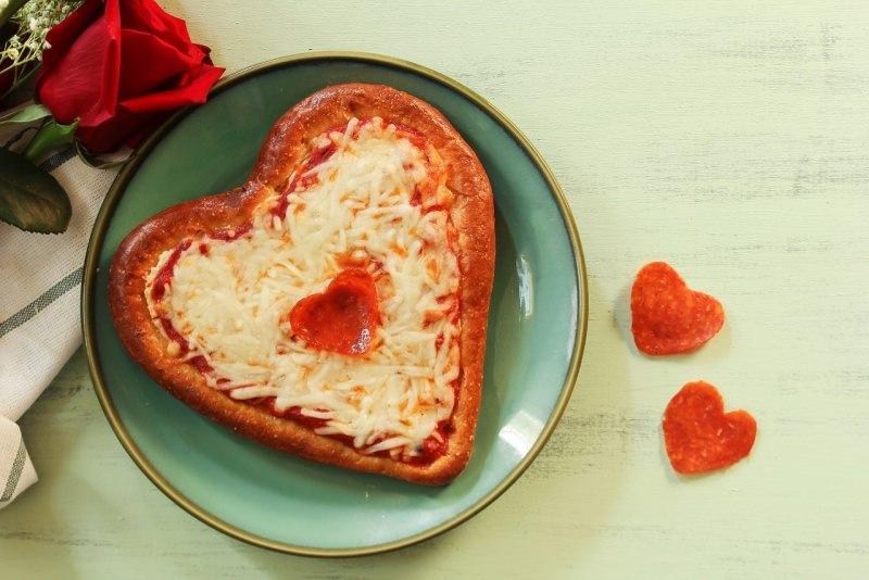 pizza a forma di cuore festa san valentino rosa rossa