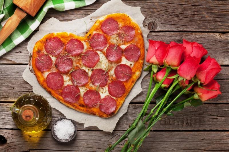 pizza a forma di cuore bouquet mazzo rose rosse olio oliva matterello