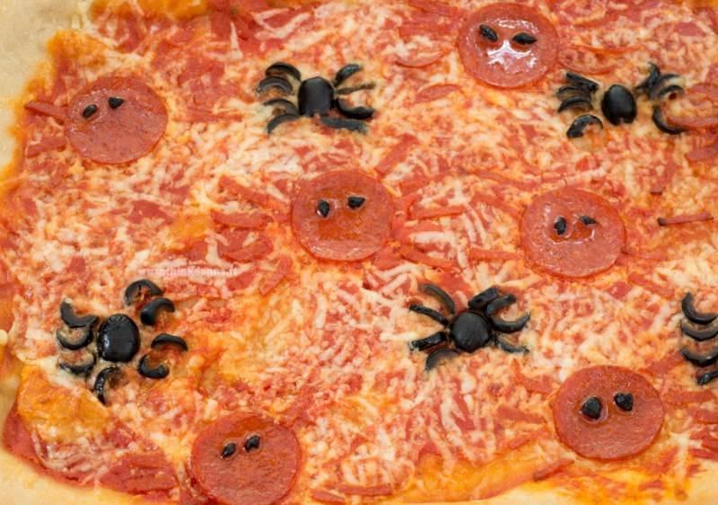 spider pizza particolare salme ragno olive nere halloween ricetta