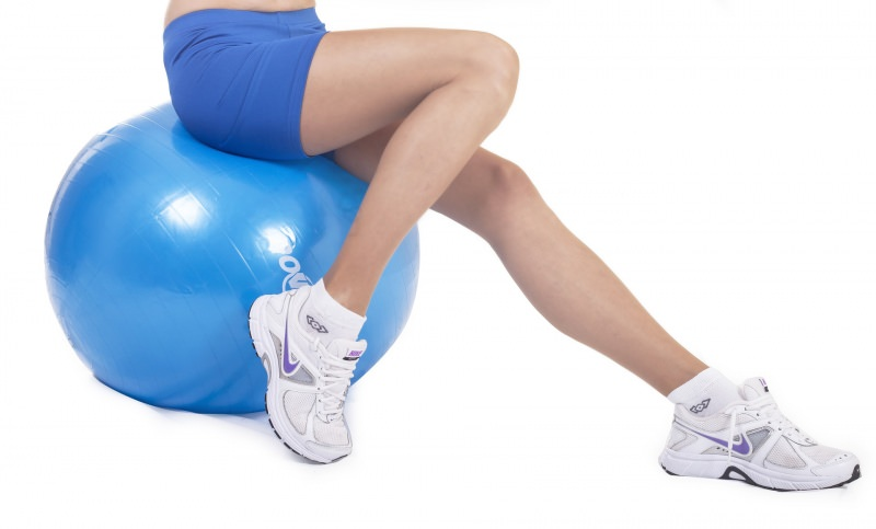esercizi snellire tonificare gambe palla