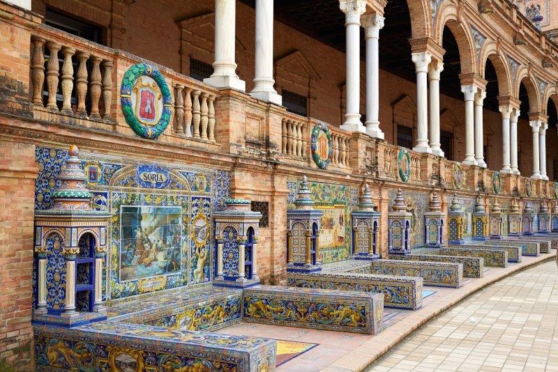 Plaza de España di Siviglia medaglioni bassorilievo panchine