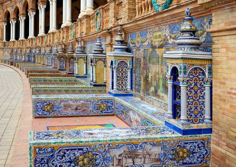 Plaza de España di Siviglia porticato arcate panchine ceramiche azulejos