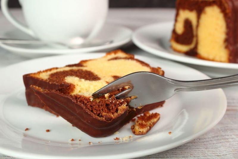 fetta plumcake variegato cioccolato vaniglia forchetta piattino tazza tè