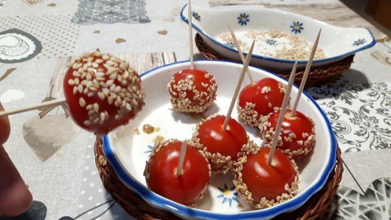 spiedini pomodorini semi di sesamo ciotole ceramica bianca fiori blu vimini