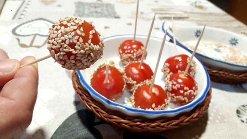 spiedini di pomodori e sesamo antipasto
