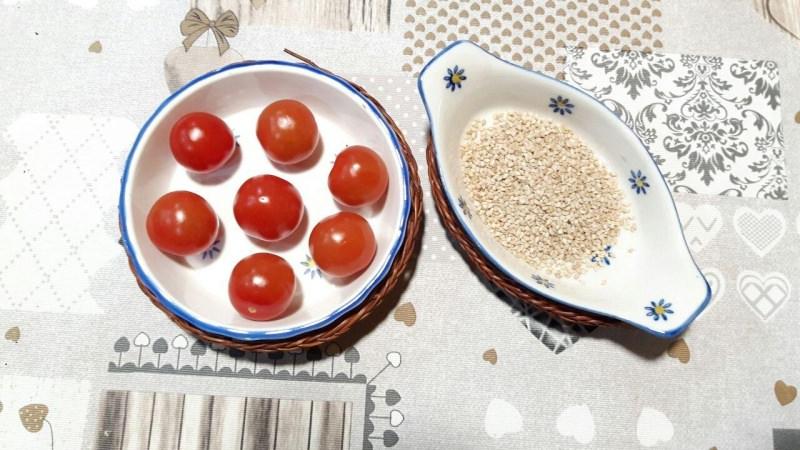 pomodorini ciliegino semi di sesamo ciotole ceramica vimini