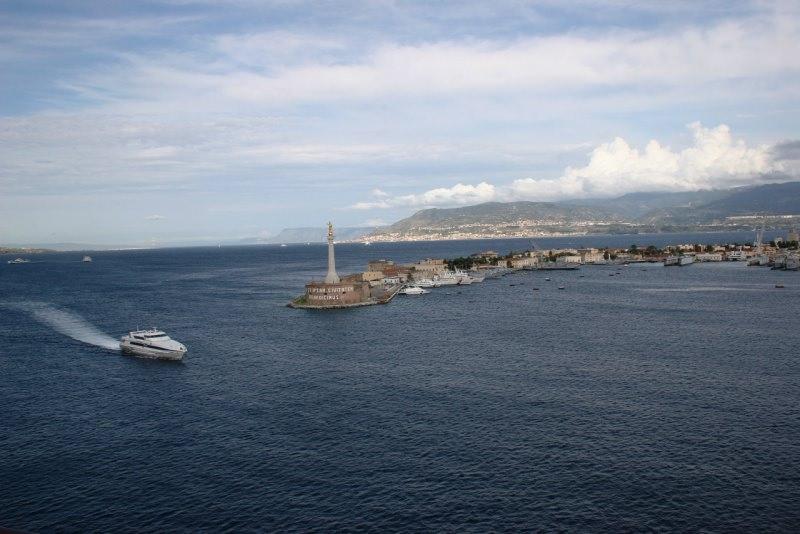 il porto di Messina mare stele Vergine Maria