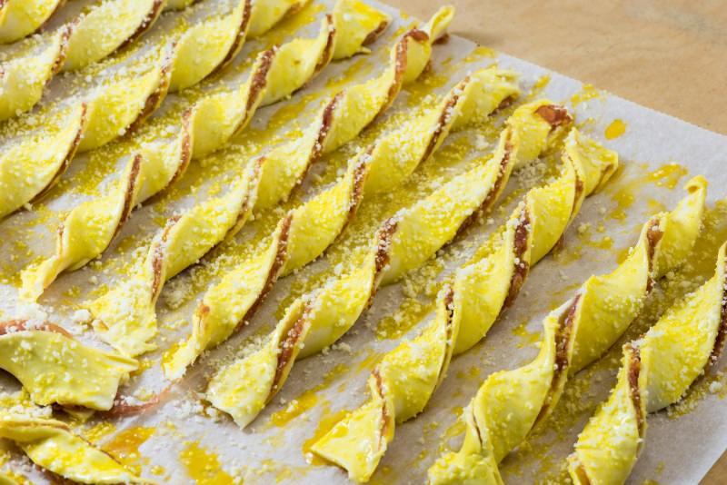 grissini di pasta sfoglia prosciutto crudo preparazione teglia forno tuorlo grana