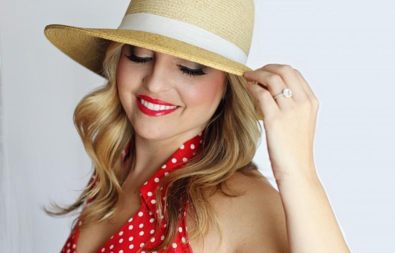 bella ragazza donna cappello paglia capelli biondi sorriso abito rosso pois bianchi rossetto rosso