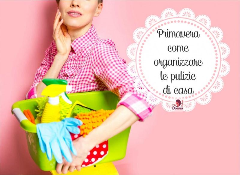 donna cesta detersivi pulizia di primavera organizzazione