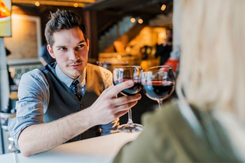 uomo donna al primo appuntamento brindisi calici vino rosso ristorante