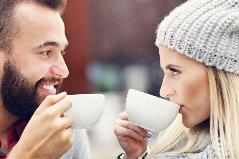 uomo e donna al primo appuntamento bevono cappuccino conoscenza incontro