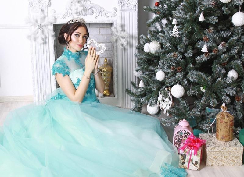 Natale 2018 | Addobbi natalizi| Idee | Colori | Decorazioni abito tulle azzurro principessa diadema albero di Natale decorazioni palline bianco pigne pacchi regali