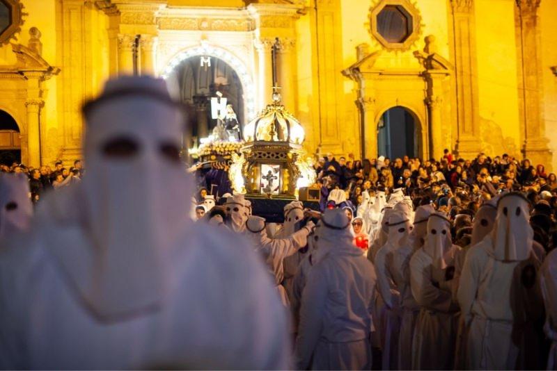 processione venerdì santo fedeli cappucci bianchi via crucis