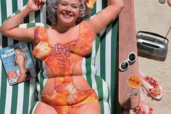 prova costume donna camouflage corpo sorriso ironia