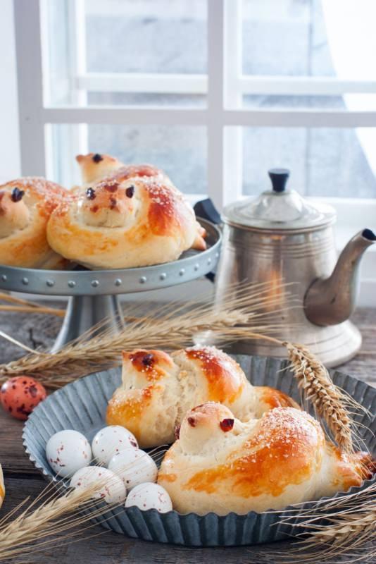 pulcini di pan brioche ricetta dolci di pasqua alzatina uova di quaglia spiga