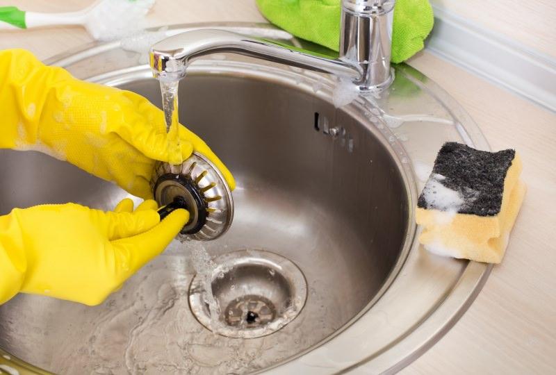 pulizia scarico lavello cucina guanti gomma gialli spazzola sapone