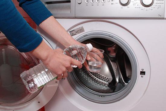 Primavera come organizzare le pulizie di casa pulizia cestello lavatrice aceto bianco bicchiere