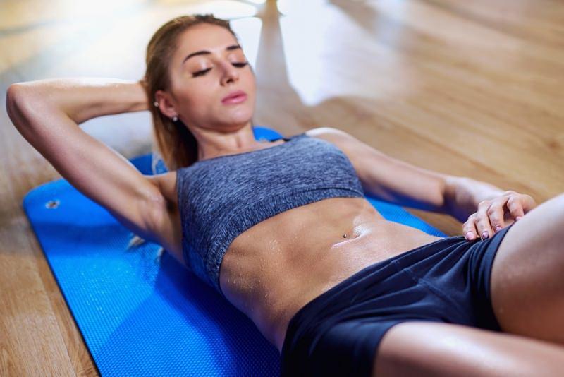 donna fa esercizi fisici addominali