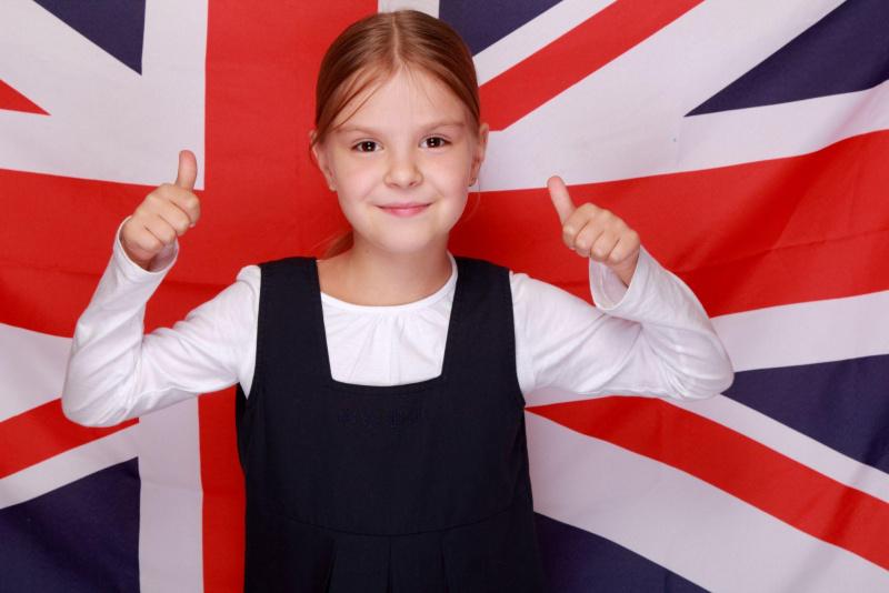 bella bambina pollici alzati davanti bandiera inglese Union Flag Union Jack