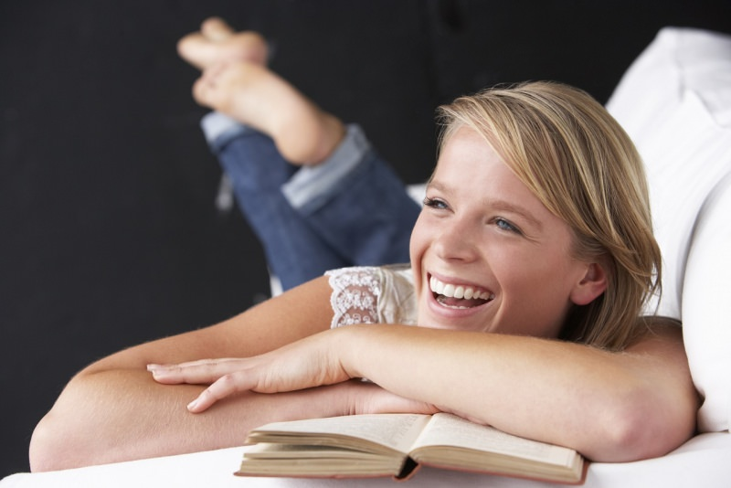 ragazza sorriso legge libro